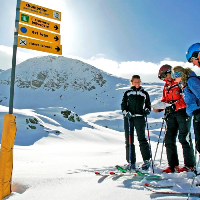 Esprit | Skiers deciding which way to descend the mountain