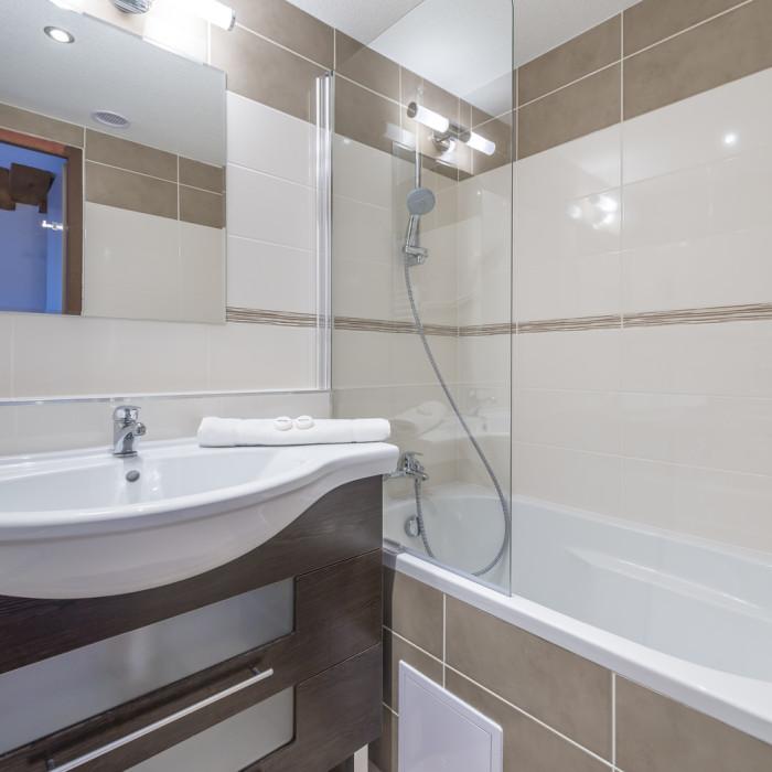 Esprit Ski | Ensuite bathroom in the Chalet Hotel Mariandre, Alp d'Huez