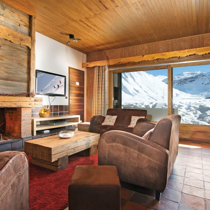 Esprit | Lounge area in the Chalet Caribour with mountains outside window