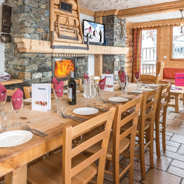 Esprit | Dining table of the Chalet Le Braconnier