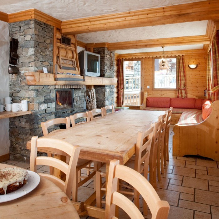 Esprit | Dining and lounge seating areas of the Chalet Le Braconnier