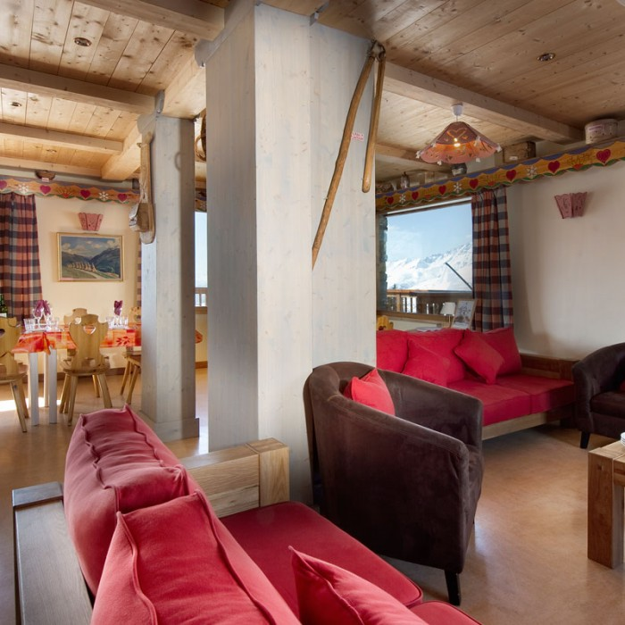 Esprit | lounge and dining area of the Chalet Schatzi