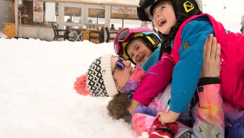 Esprit Ski | Children and their mum having fun in the snow