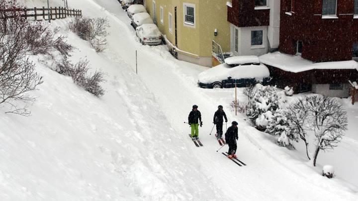 Esprit | skiing through the centre of St Anton